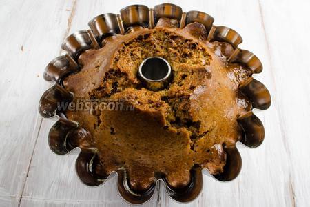 Оставшимся сиропом полить кекс сверху. Накрыть форму фольгой и оставить пропитываться кекс в течение 12 часов.