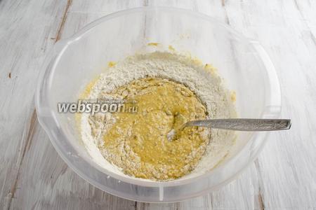 Частями добавлять в тесто сухую смесь, перемешивая.