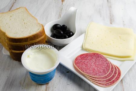 Чтобы приготовить бутерброды, нужно зять готовую нарезку твёрдого сыра, колбасы, маслины без косточек, крем-сыр сливочный, хлеб для тостов.