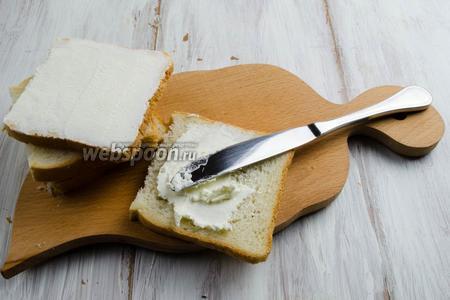 Готовить это блюдо, желательно, в перчатках. Подготовить куски хлеба размером 10х10 см, лишнюю часть отрезать. Равномерно смазать хлеб сыром.
