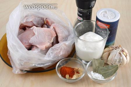 Подготовьте необходимые ингредиенты: порционные куски свежей курицы, греческий йогурт, соль, перец, чеснок, лавровый лист, паприку и имбирь.
