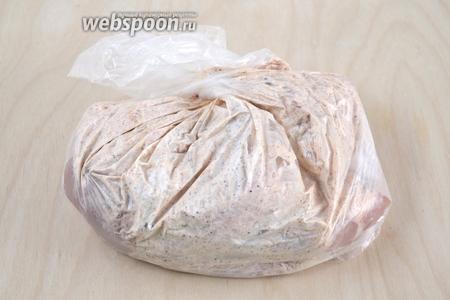 Закрутите пакет и помассируйте его хорошенько в руках, чтобы курица покрылась маринадом. Затем уберите в холодильник, минимум на час, но можно и на 2, и даже на ночь.