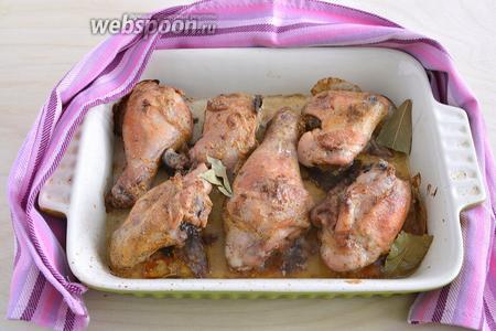 Курица готова, когда на ней появляется золотистая корочка, а мясо хорошо отделятся от костей. Подавайте к столу в горячем виде. Приятного аппетита!
