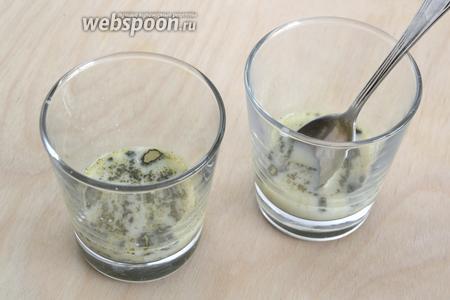 Смешайте остатки молока со сгущённым молоком и чаем. Если у вас есть специальная кисточка для матча, воспользуйтесь ей, если нет, тщательно размешайте ложкой или вилкой.