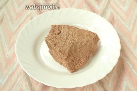 Мясо сварить в подсоленной воде, вынуть из бульона и остудить.