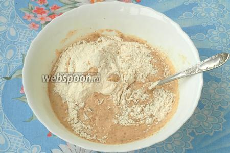 В самом конце всыпать в массу просеянную муку и вымешать тесто.