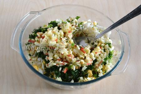 Нарежьте яйца и яблоки кубиками, зелёный лук и укроп нарубите мелко. Яблоко сбрызните лимонным соком, чтобы не потемнело. Смешайте все ингредиенты вместе.
