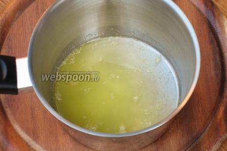 Сливочное масло растопить и немного остудить.