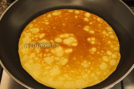 Сковороду (диаметром 20 см) с антипригарным покрытием хорошо разогреть и слегка смазать растительным маслом. Испечь тонкие блинчики.