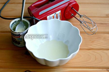 В чашку поместить белок, добавить сгущённое молоко, соль.