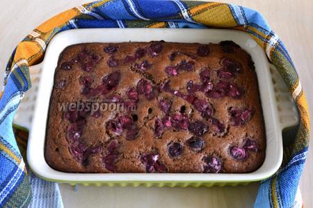 Выпекайте примерно 30-35 минут, до пробы на сухую лучину. Перед тем как нарезать пирог, дайте ему полностью остыть в форме. При подаче посыпьте сахарной пудрой.
