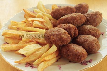 Подаём горячим вместе с картошкой. Котлеты хороши и в холодном виде, поедаются как семечки )))