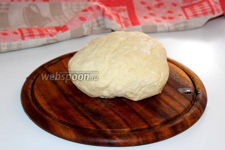 Замесить эластичное тесто. Завернуть его в плёнку и оставить «отдохнуть» на столе минут 20-30.