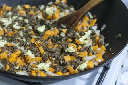 В хорошо вымешанный и остывший мясной фарш с овощами добавляем 2 ложки сливочного масла, мелкими кусочками.