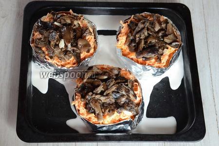 Затем раскладываем обжаренные грибы.