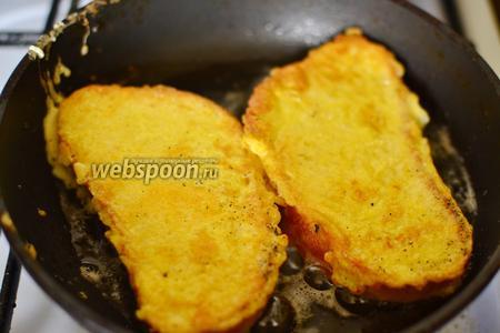 Жарятся гренки очень быстро. Об их готовности вам подскажет золотистая сырная корочка. Очень важно не передержать гренки.