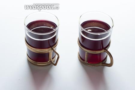 Перед употреблением глинтвейн следует разогреть. На мой взгляд, проще всего это сделать в микроволновке: если вино имело комнатную температуру, то на керамическую кружку объемом 300 мл - 45-60 секунд на максимальной мощности.