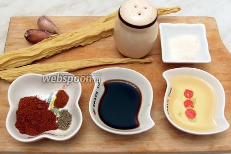 Для приготовления нам понадобится соевая спаржа, у меня в пакете 500гр, поэтому берём полпакета, соль, сахар, соевый соус, растительное масло, оливковое не рекомендуется, паприка, красный перец острый, чёрный перец и чеснок.