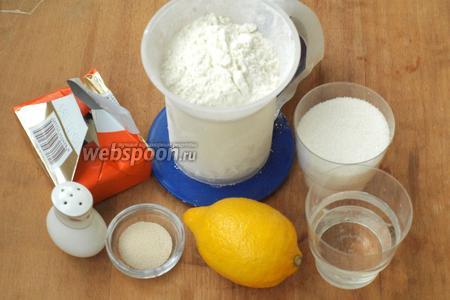 Для пирога нам понадобится мука, сливочное масло, вода, сахар, сухие дрожжи, щепотка соли и крупный лимон.