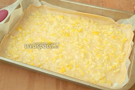 Сразу нанести лимонную начинку на тесто, чтоб сахар не успел раствориться. Честно сказать, то лучше пожалуй брать 2 лимона, чтоб начинки было больше. На мою форму 25х40 см мне хватило впритык.