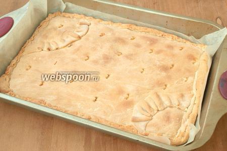 Разогреть духовку до 180°С и печь пирог 30 минут, пока зарумянится. Остывший пирог посыпать сахарной пудрой и нарезать ромбиками. Приятного аппетита!