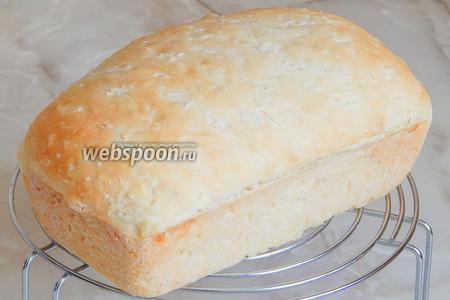 Готовый хлебушек остужаем на решетке и наслаждаемся очень интересным вкусом. Очень хорошо подать такой хлеб к первым блюдам.