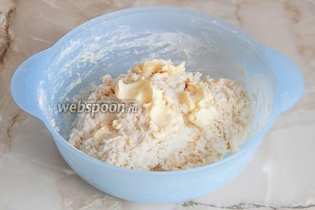Замешиваем тесто. Вначале оно будет очень липким, но постепенно станет отходить от рук. Тогда вмешиваем мягкое масло.