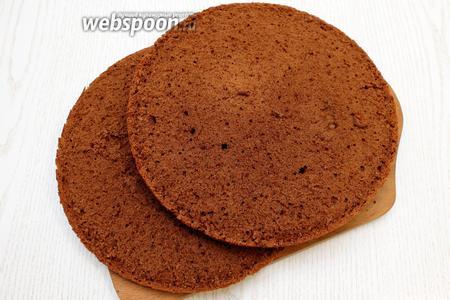 Дайте бисквиту остыть на решётке, затем разрежьте на 2 пласта по 1,5 см или на 3 по 1 см.