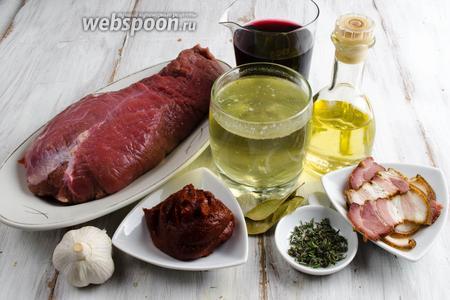 Чтобы приготовить блюдо, нужно взять говядину, бекон, вино красное сухое, бульон говяжий, томатную пасту, чеснок, тимьян, лавровый лист, соль по вкусу, масло подсолнечное.