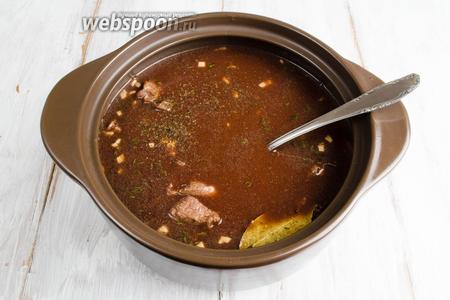 Вылить в кастрюлю томатную пасту со специями. Довести содержимое кастрюли до слабого кипения. Накрыть крышкой. Поставить в духовку. Готовить мясо при температуре 160ºC  в течение 2,5 — 3 часов.