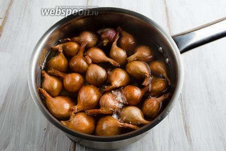 Луковицы вбросить в кипящую воду на несколько секунд 10-15.