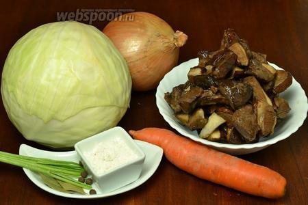 Для приготовления валаамских щей приготовим белокочанную капусту, лесные грибы (свежие или замороженные), лук, морковь, лавровый лист, стебли петрушки или корешок, перец горошком, муку и соль.