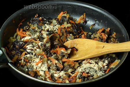 Посыпаем поджаренной мукой грибы и перемешиваем, затем вливаем немного бульона и снова перемешиваем до состояния подливки.