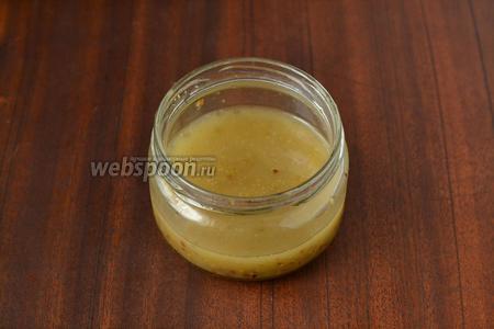 Делаем соус из кунжутного масла (можно взять и любое другое), лимонного сока, горчицы и свежемолотого перца. Удобно всё поместить в баночку, закрыть её крышкой и потрясти для смешивания.