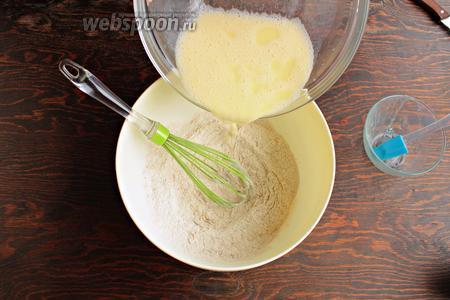 В 2 приёма влить жидкие в сухие, тщательно перемешивая венчиком.