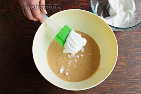 Взбить белок до устойчивой пены и, в несколько приёмов, аккуратно, ввести вместе с разрыхлителем.