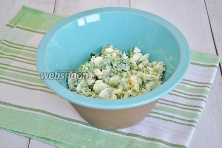 Добавить заправку в салат и перемешать. Если нужно посолите, я этого не делаю, так как подаваться салат будет с рыбой и соли хватит.