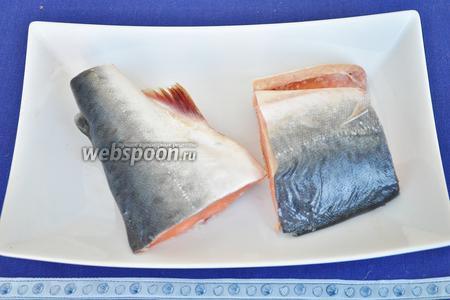 Рыбу почистить и отрезать 2 куска. Поставить варить до готовности в подсоленной воде.