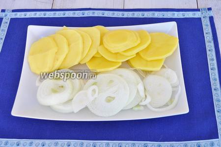 Почистим картофель и лук. Нарежем овощи тонкими кольцами.