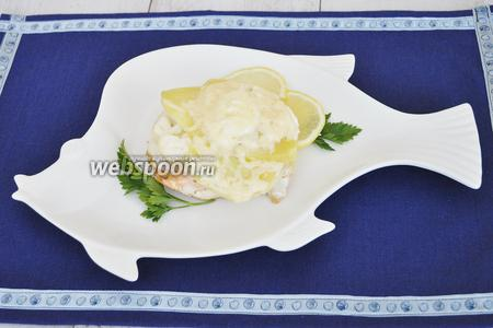 Сервировать тарелку лимоном и зеленью. Подавать горячим.