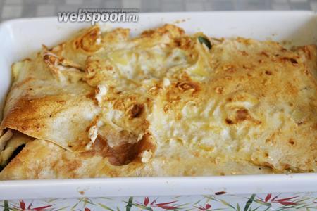 Когда поверхность пирога станет румяной — он готов. Пирог отлично подходит для перекуса или даже обеда, подавать можно как горячим, так и холодным. Очень вкусно с домашним соусом тар-тар из маринованного огурчика с майонезом и чесноком.