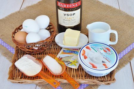Для капкейков приготовим 3 яйца и 3 желтка, муку, сахар, соль, молоко, масло, маскарпоне, сливки, сахарную пудру, горячий крепкий кофе, коньяк. Для декора использую тёмный шоколад и немного какао.