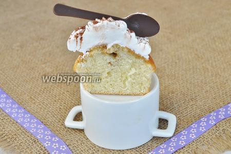 В разрезе видно какой приятной текстуры получился капкейк, пропитка из кофе и коньяка делает его ещё нежнее.