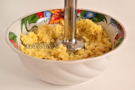 Далее кашу пробить блендером. Нужно постараться добиться однородной консистенции. Если нет блендера, то берём толкушку для приготовления картофельного пюре и мнём кашу.