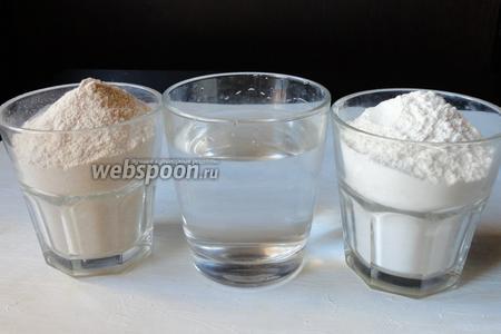 Для приготовления нам потребуется мука гречневая, мука пшеничная и вода кипячёная горячая.