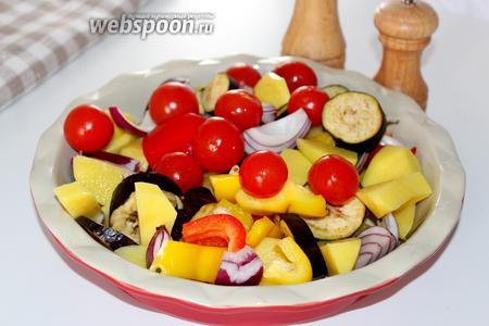 Овощи очистить и нарезать крупно и выложить в форму для запекания.