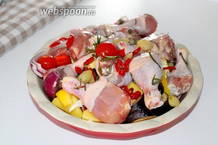 Поверх выложить куриные голени и поставить выпекаться при 200ºC 1 час.