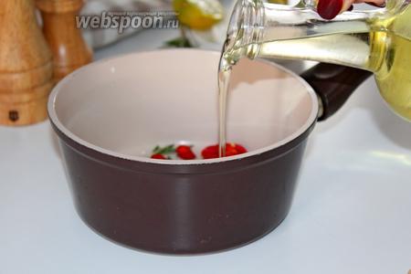 Налить оливковое масло и поставить на огонь, на медленном огне готовить мин 7, не допускайте чтобы чеснок пригорел, он должен только немного подрумяниться. За это время все ингредиенты пропитают масло их ароматом.