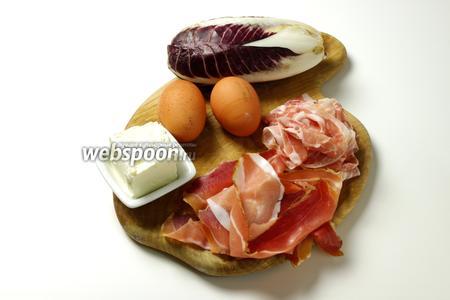 Для приготовления начинки вам понадобятся яйца, панчетта, шпик, сыр Робиола, радиккьо.