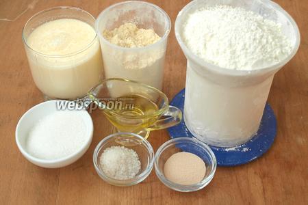 Чтобы приготовить кукурузный хлеб нам понадобится кефир, пшеничная и кукурузная мука, подсолнечное масло, сухие дрожжи, соль и сахар.